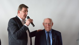 Der 1. Vorsitzende Gerd Lauszus dankt Hans Jochem Hustert