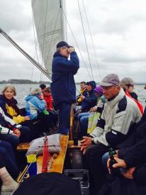Unser Navigator Klaus hat alles im Blick und sagt dem Skipper, wo es lang geht! P.S.: Ich vermute er guckt eher, wo seine Kinder beim parallel stattfindenden Leineweber der Piraten liegen. ;-)