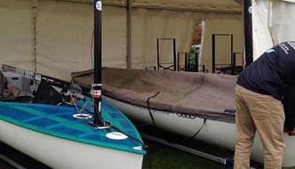 Am letzten Tag -- keine Wettfahrt, aber die Segler nutzen das Happy Hour Zelt als Garage
